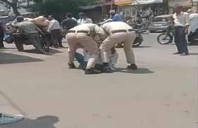 बिना मास्क के सड़क पर दिखा ऑटो ड्राइवर तो पुलिस वालों ने की बेरहमी से पिटाई